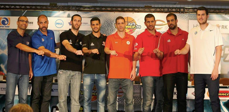 הקפטנים מציגים את הטבעות. צילום: אלן שיבר, מנהלת הליגה.