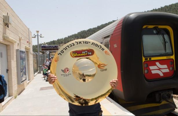 צלחת האליפות עולה לבירה ברכבת.