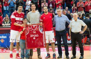 יניב גרין מקבל את גופיית הפועל ירושלים במשחק נגד בני הרצליה.