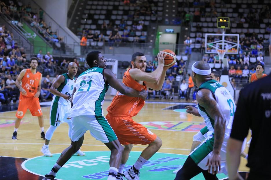 עידן זלמנסון ממכבי ראשון לציון מול הגנת מכבי חיפה ברוממה.